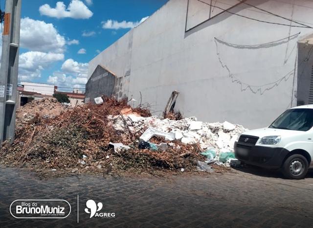 Entulho em terreno causa transtornos para moradores em Santa Cruz do Capibaribe