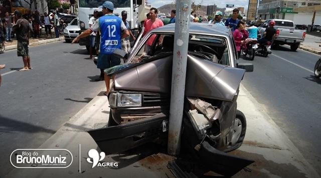 Motorista perde controle de veículo e colide contra poste de iluminação na PE-160 em Santa Cruz do Capibaribe