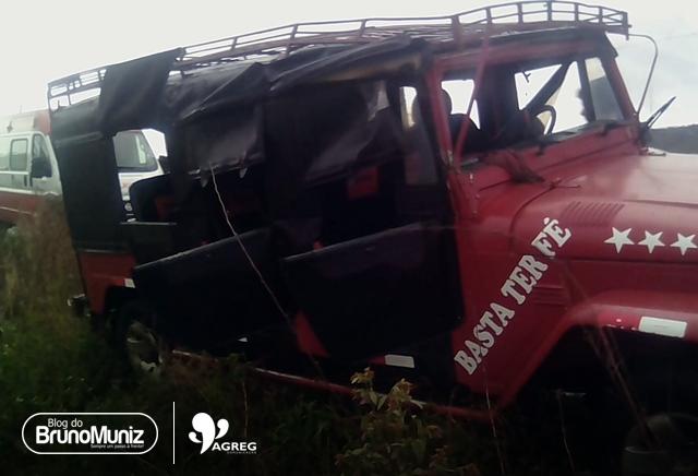 Toyota superlotado se envolve em acidente na PE-90, entre Toritama e Vertentes