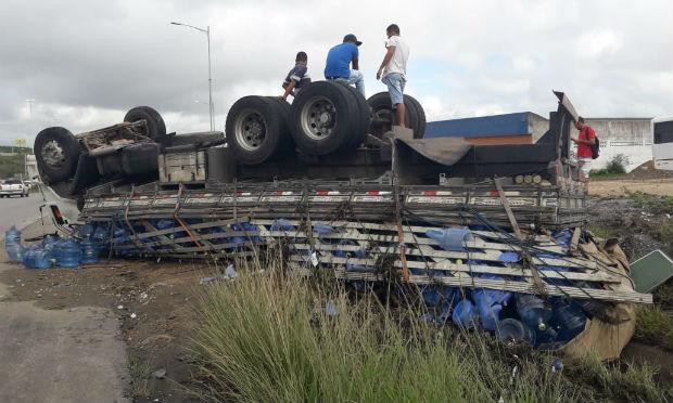 Caminhão carregado com 700 garrafões de água capota na BR-232 em Caruaru, Agreste de Pernambuco