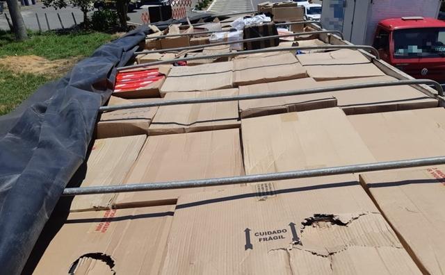PRF apreende caminhão carregado de calçados falsificados em Garanhuns