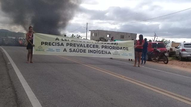Índios bloqueiam rodovias federais no Agreste e Sertão de Pernambuco durante protesto