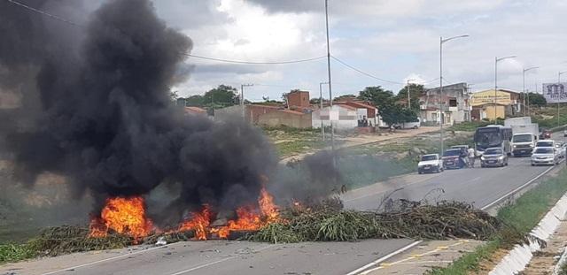 Manifestantes realizam protesto na BR-104 em Caruaru
