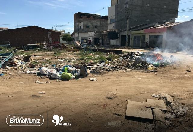 Em bairro de Santa Cruz do Capibaribe, moradores dividem espaço com lixo e animais