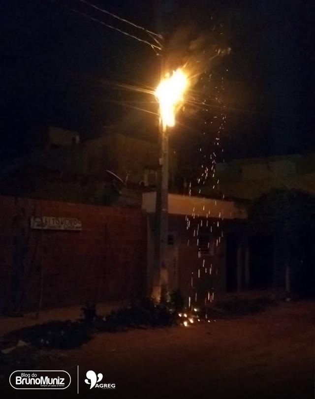 Poste pega fogo e deixa parte de bairro sem energia e parte da cidade sem internet