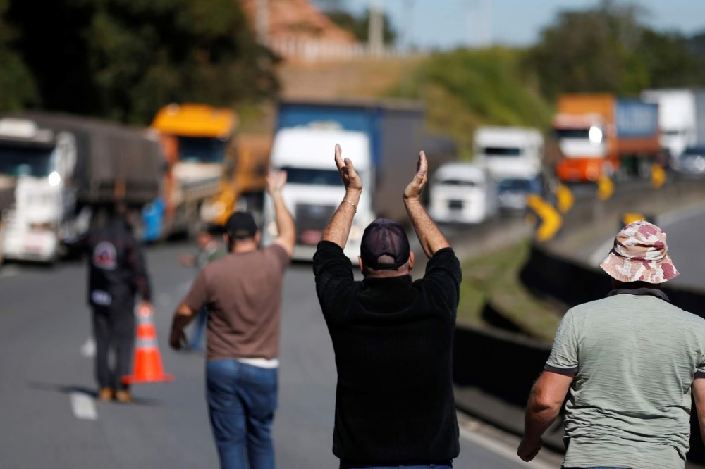 Caminhoneiros se mobilizam em grupos de WhatsApp por paralisação