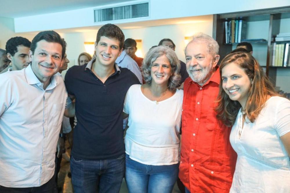 Membros do PSB recebem o ex-presidente Lula no Recife