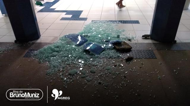Mulher vandaliza agência bancária em Santa Cruz do Capibaribe