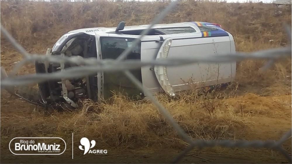 Viatura do 24º BPM capota com dois policiais em Taquaritinga do Norte