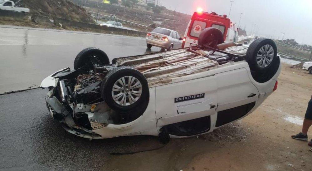 Veículo de prefeitura capota em Caruaru devido a forte chuva