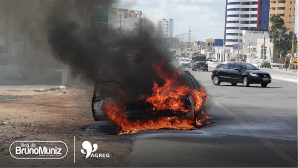 Veículo pega fogo na PE-160, em Santa Cruz do Capibaribe