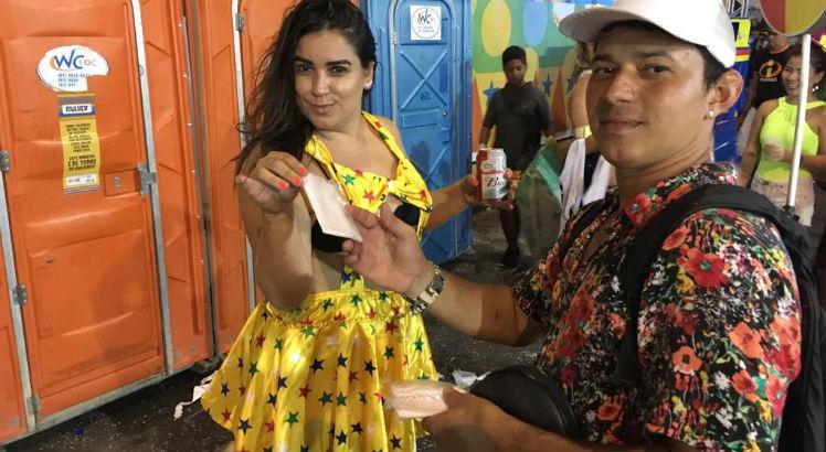 Ambulante fatura R$ 1 mil por dia vendendo pedaços de papel higiênico no Carnaval do Recife