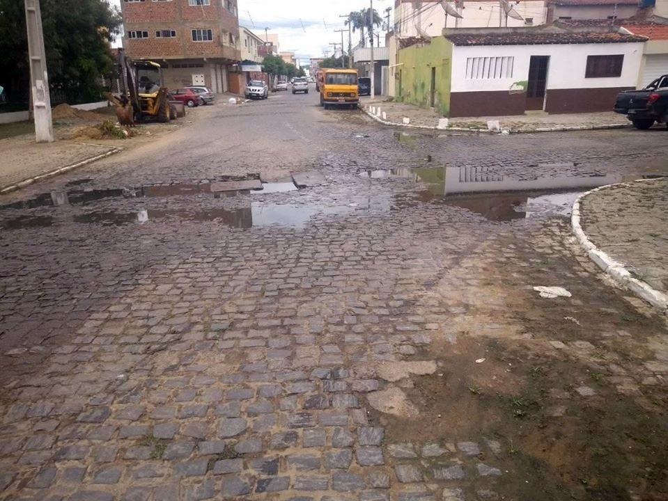 Esgoto estourado em área central de Santa Cruz do Capibaribe gera reclamações