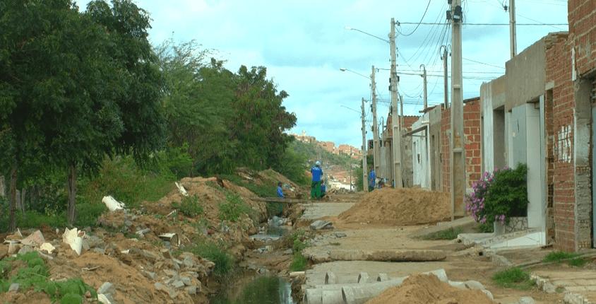 Após reclamações da população, prefeitura de Santa Cruz do Capibaribe retoma obras em esgoto do bairro Jaçanã