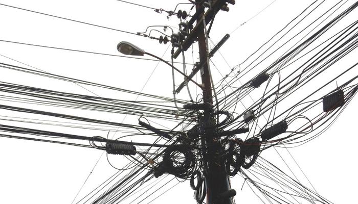 Celpe remove mais de 1 tonelada de fios de telefonia irregular em Santa Cruz do Capibaribe