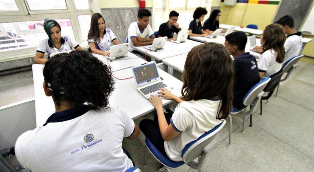 Bolsonaro sanciona MP que libera escolas e universidades de cumprir 200 dias letivos