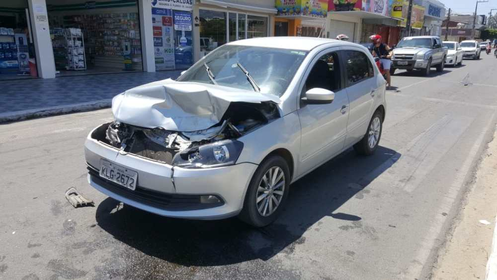 Dois carros colidem em cruzamento da Avenida 29 de Dezembro, em Santa Cruz