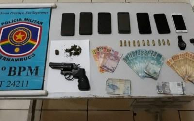 Dupla suspeita de roubar motocicleta e celular é presa em Toritama