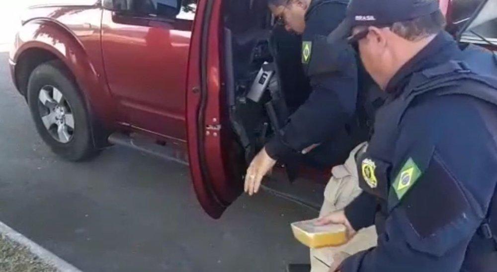 PRF apreende 12 kg de droga escondida em caminhonete