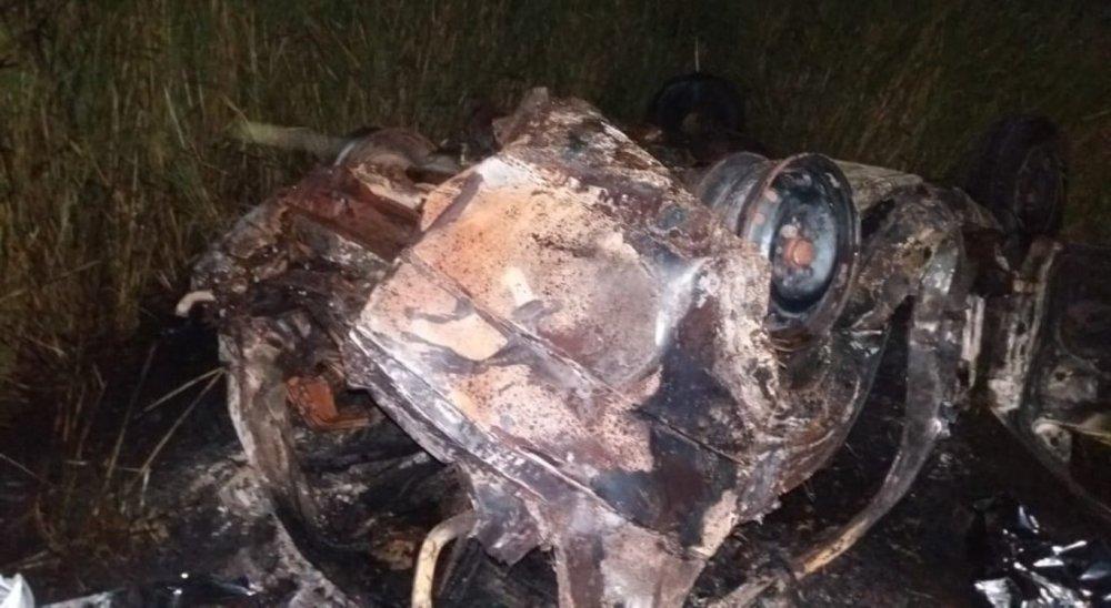 Casal morre carbonizado após colisão entre carros em Agrestina; um dos veículos pegou fogo