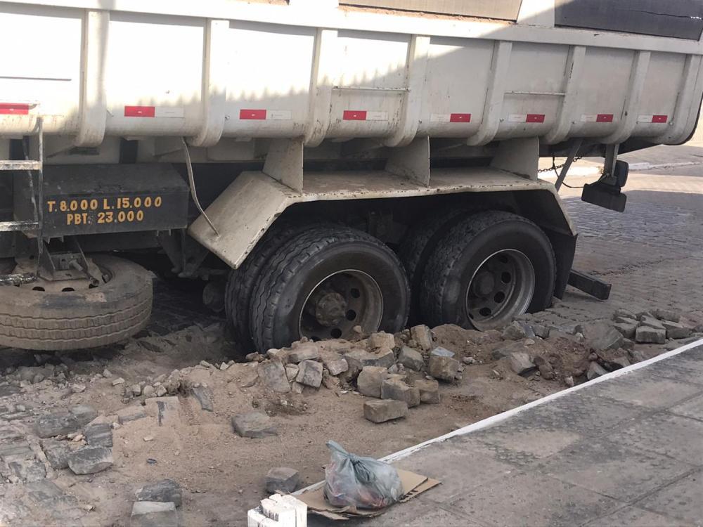 Calçamento de rua cede e caminhão fica atolado em Santa Cruz do Capibaribe