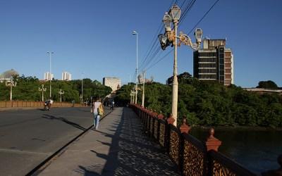 No Recife, Bombeiros procuram adolescente que pulou no Rio Capibaribe