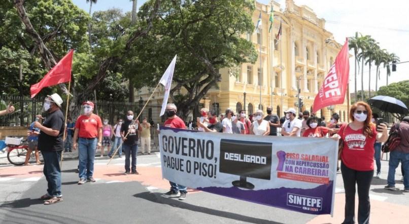 Professores estaduais paralisam as atividades por um dia e fazem protesto por reajuste salarial