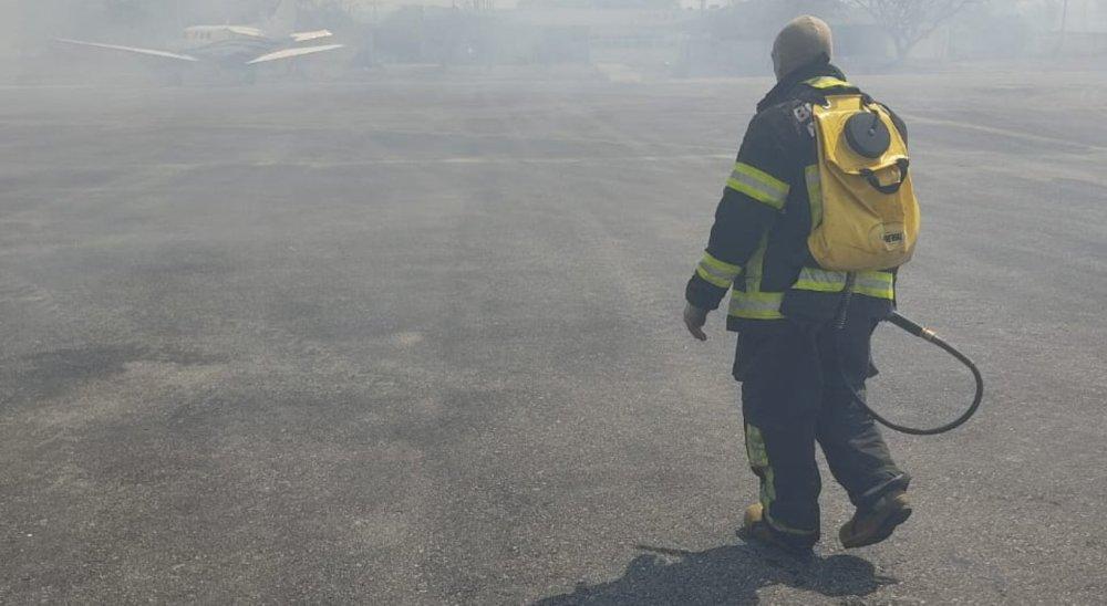 Incêndio atinge área do aeroporto de Caruaru durante decolagem de Paulo Câmara