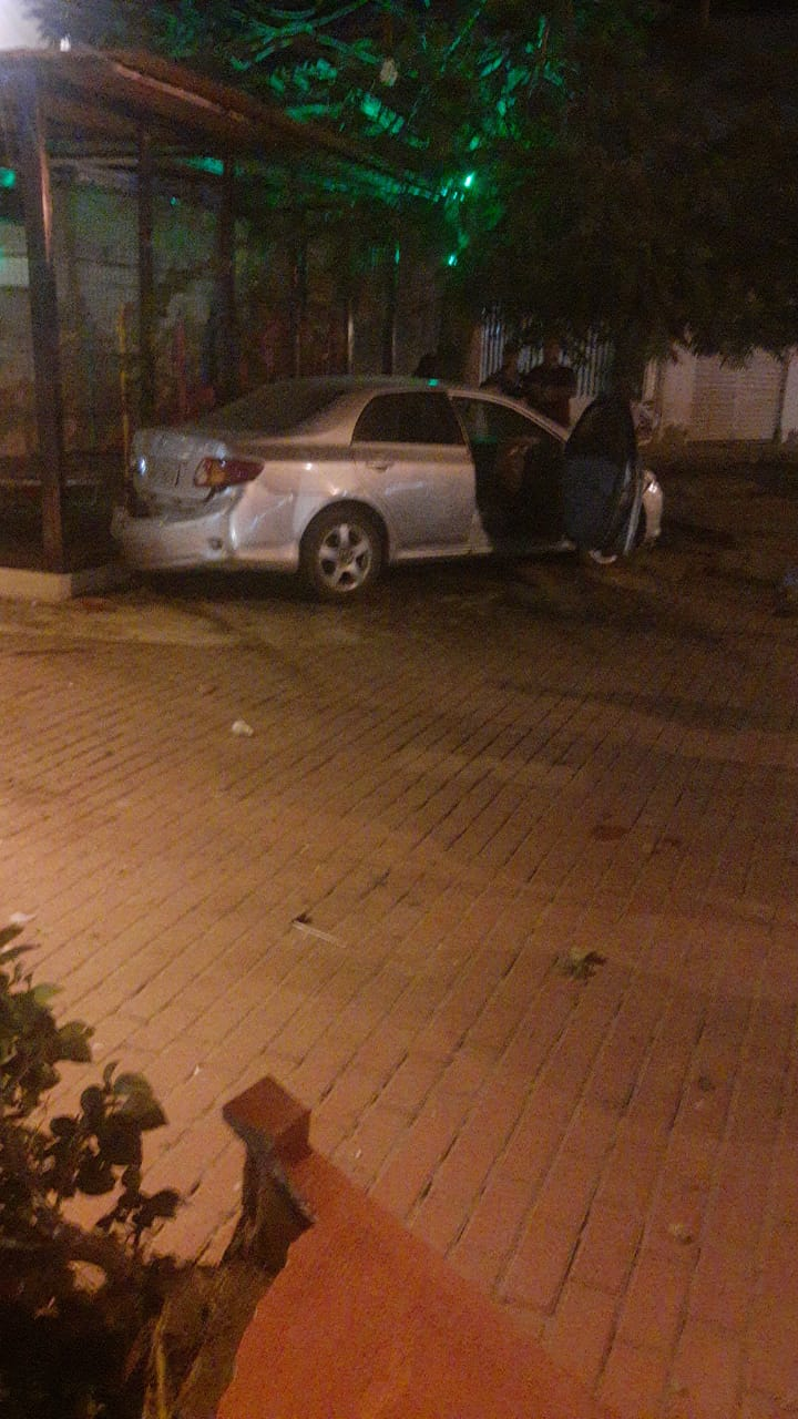 Veículo invade calçada de restaurante após acidente em Santa Cruz do Capibaribe