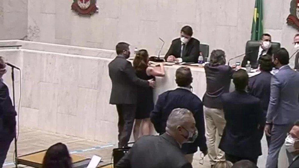 Vídeo mostra deputado passando a mão no seio de deputada durante sessão da Alesp