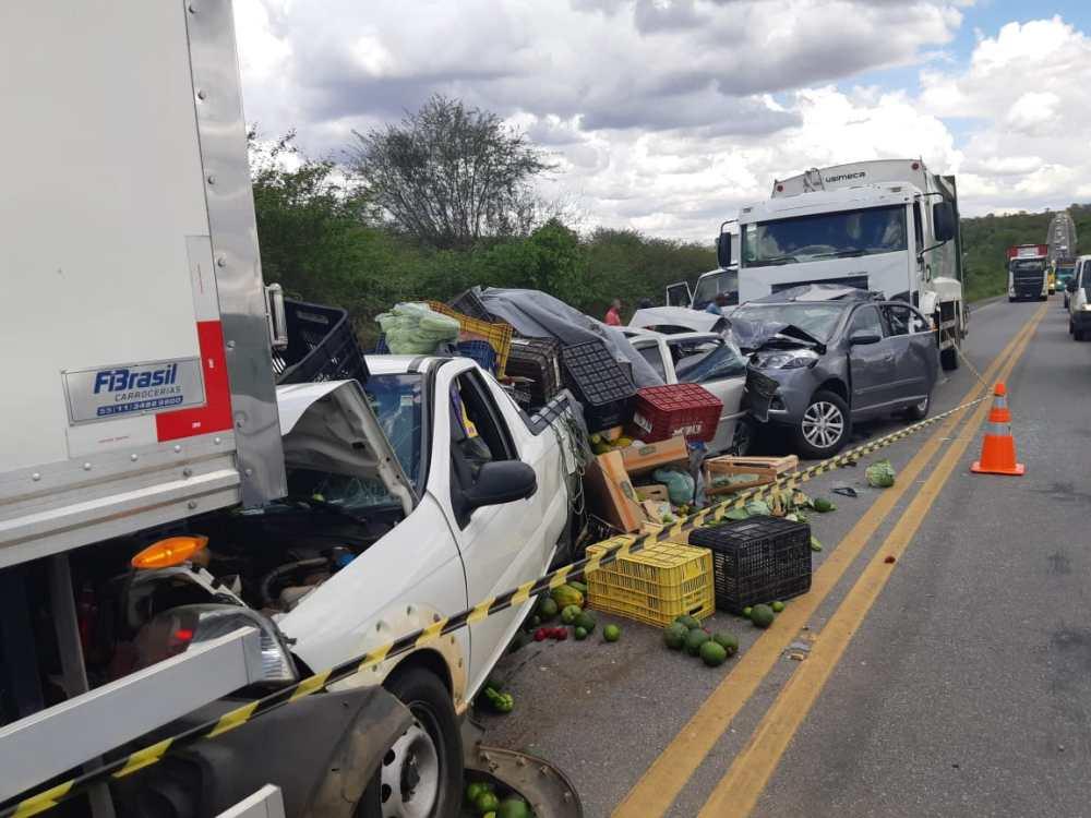 Acidente envolve seis veículos na BR-232, em Tacaimbó