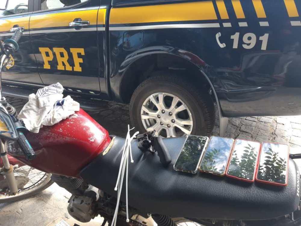 PRF prende jovem e apreende adolescente com arma e celulares roubados em Toritama