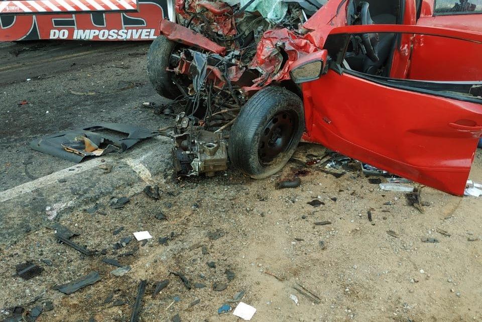 Colisão entre caminhão e carro de passeio resulta na morte de uma pessoa na BR-104