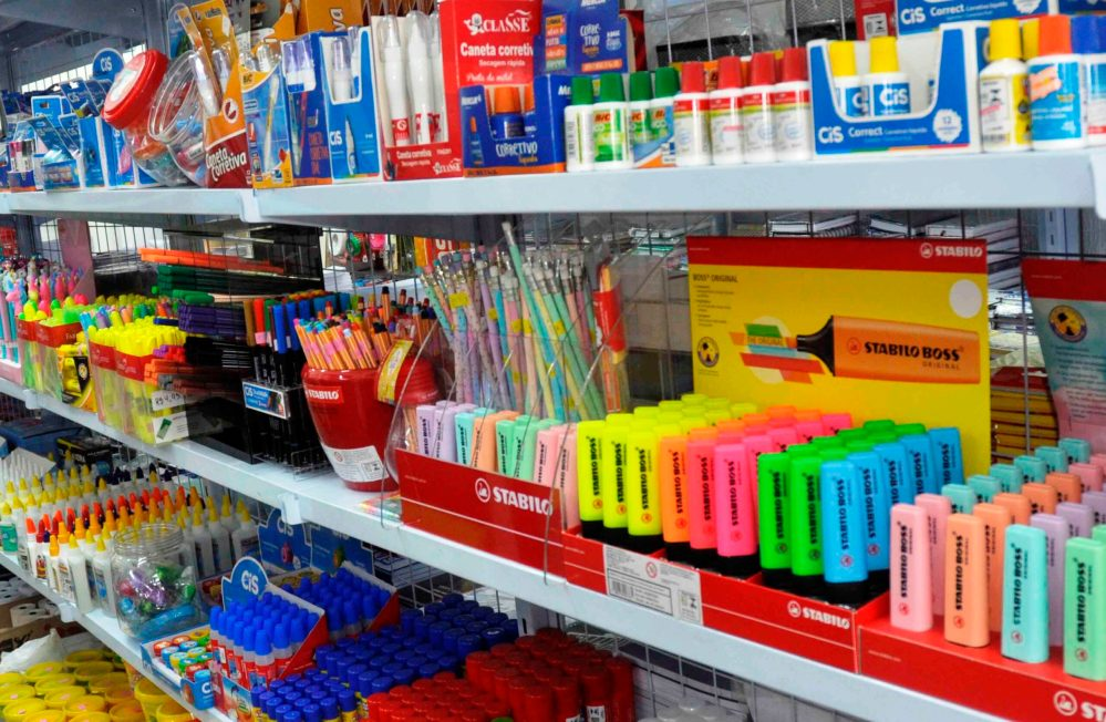 Consumidores podem comprar material escolar mais barato este ano