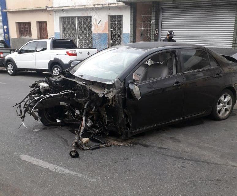 Acidente impressionante deixa veículo destruído em Caruaru; condutor não foi encontrado