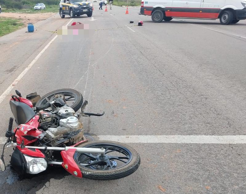 Mulher morre em acidente entre carro e moto na BR-104, em Caruaru