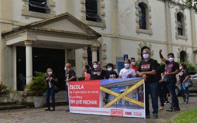 Professores protestam contra aulas presenciais sem vacinação