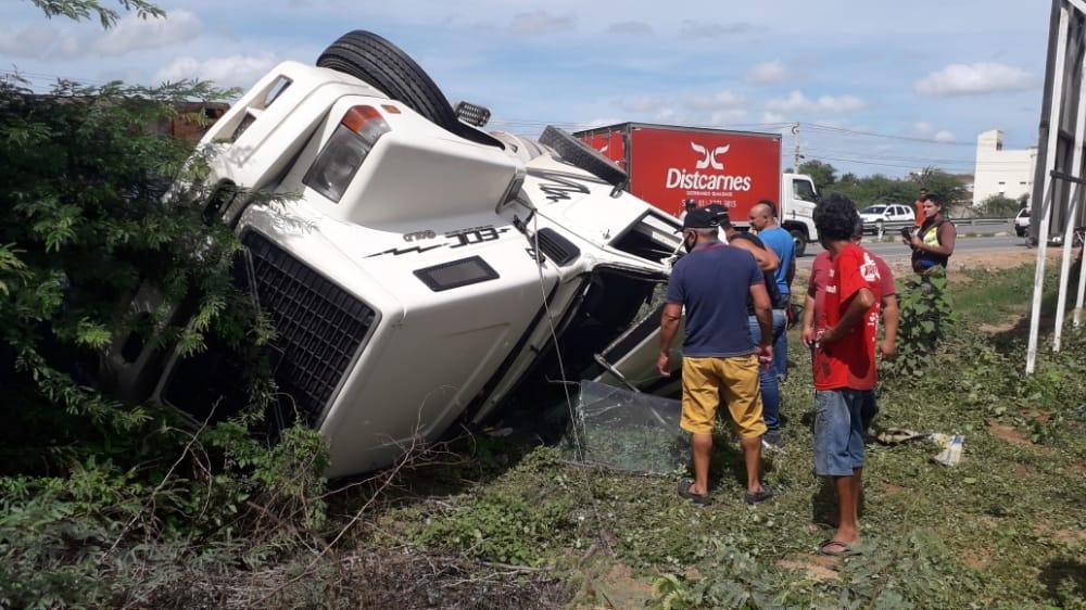 Carreta tomba e esmaga outro veículo na PE-160, em Santa Cruz do Capibaribe