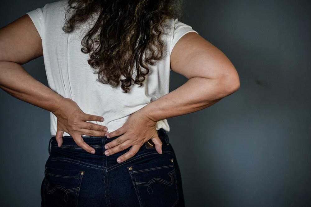 Dores frequentes sem diagnóstico fácil, enrijecimento muscular e formigamento nas mãos e pés podem ser sintomas de fibromialgia