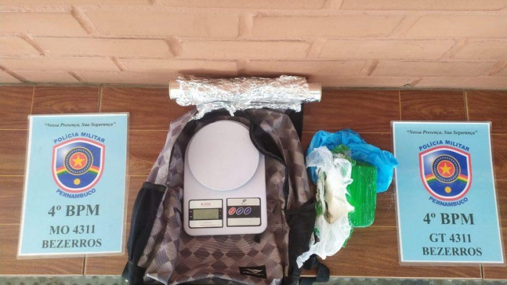Jovem é presa com cocaína em Bezerros, no Agreste
