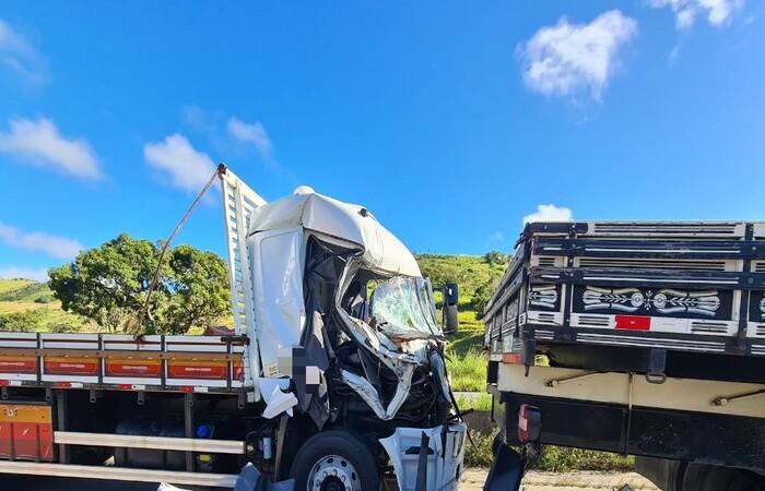 Engavetamento envolvendo dois caminhões e quatro carros deixa uma pessoa morta e duas feridas