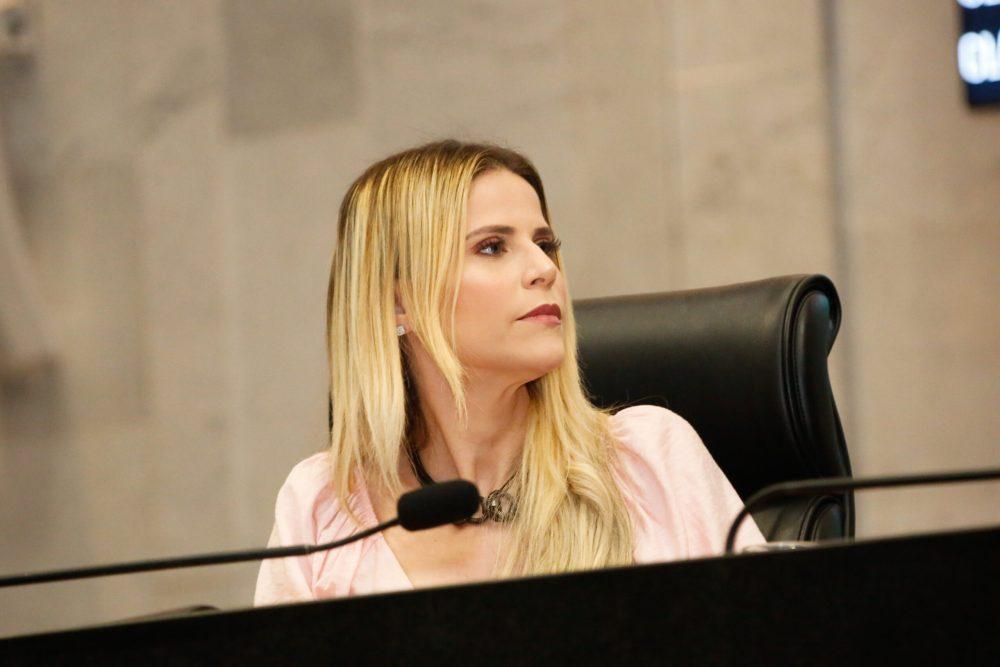 """Pernambuco: """"Garantir formação é muito importante"""", diz deputada Fabíola sobre ações educacionais na pandemia"""