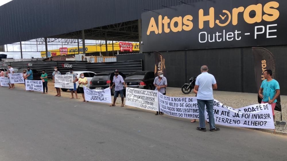 Família realiza protesto em frente ao Altas Horas Outlet e afirma que empreendimento está sendo construído em terreno comercializado irregularmente