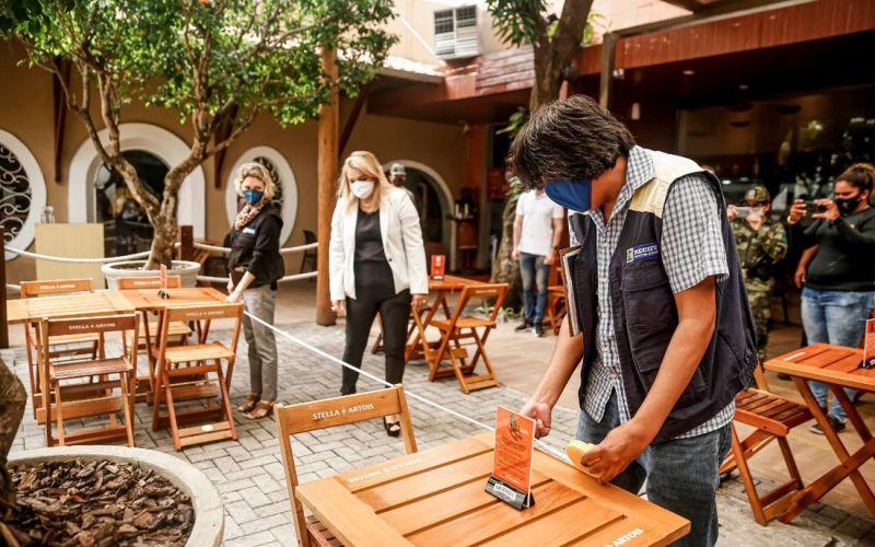 Bares e restaurantes poderão funcionar das 5h até meia-noite em Pernambuco