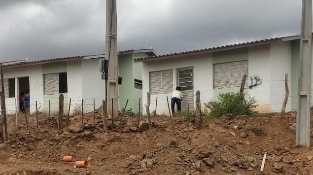 Residências do Residencial Cruzeiro, em Santa Cruz do Capibaribe, estão sendo invadidas