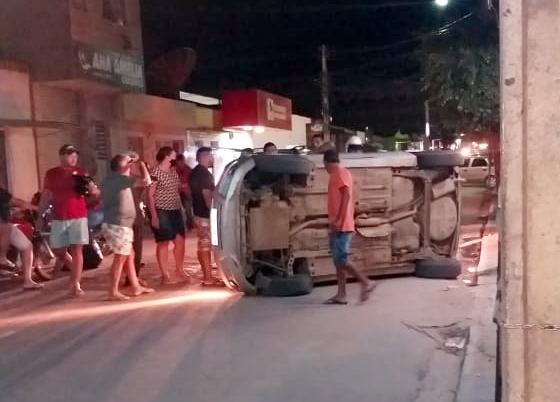 Condutor capota veículo na principal avenida do São Miguel, em Santa Cruz do Capibaribe