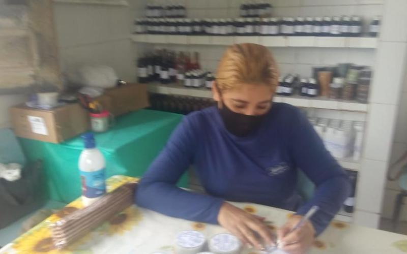 """Mulher cumpre pena alternativa ajudando na produção de remédios artesanais: """"um mal que se tornou um bem"""""""
