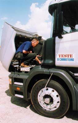 O grande e potente motor empurra a Scania com facilidade