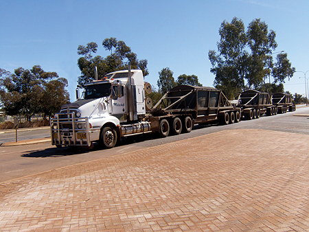 Composições de grande porte são comuns nas estradas australianas, onde também se tem preferência por caminhões com cabine convencional