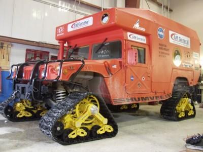 Mars-1 Humvee, um Humvee modelo ambulância, modificado para uso na região. É um veículo de exploração e na traseira há espaço para quatro pessoas viverem e trabalharem